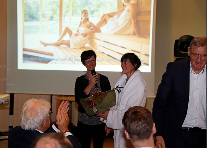 Die Moderatorin Susanne Wenzel überreicht der Schauspielerin Caroline Wirth einen Blumenstrauß.