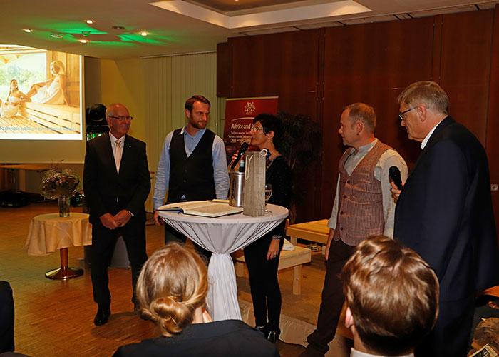 Die Moderatorin Susanne Wenzel interviewt die Unternehmens-Nachfolger Nico Neubert und Thomas Schneider. Ganz links ein langjähriger Mitarbeiter und ganz rechts Ulrich Müther.