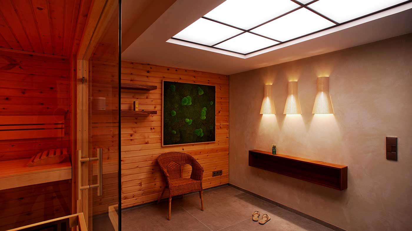 Gemütlicher Wellness-Raum mit Sauna