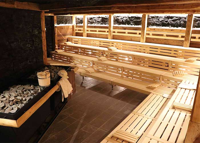 Stollensauna, die mit zwei leistungsstarken Saunaöfen auf 90 °C erhitzt wird