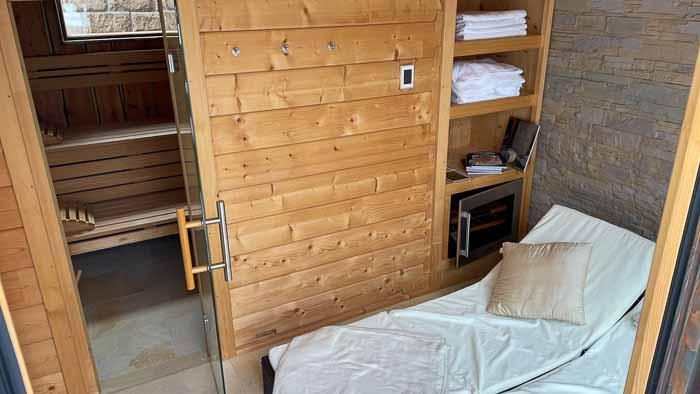 Die Zwischenwand besteht wie die komplette Sauna-Außenwand aus 70 mm Blockbohlen aus nordischer Fichte.