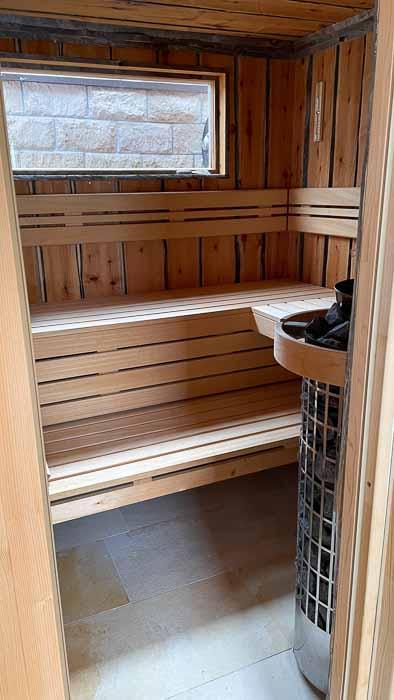 Die Innenwände und die Decke der Saunakabine sind mit Birkenholz aus dem Biosphärenreservat Bliesgau verkleidet.