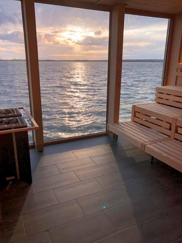 Zwei gekoppelte leistungsstarke EOS-Goliath-Saunaöfen in der Seesauna