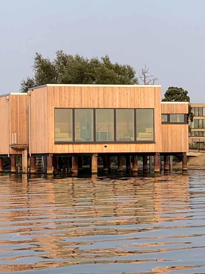 Auf Pfählen errichtet, ragt die Seesauna in den Dümmer See hinein.