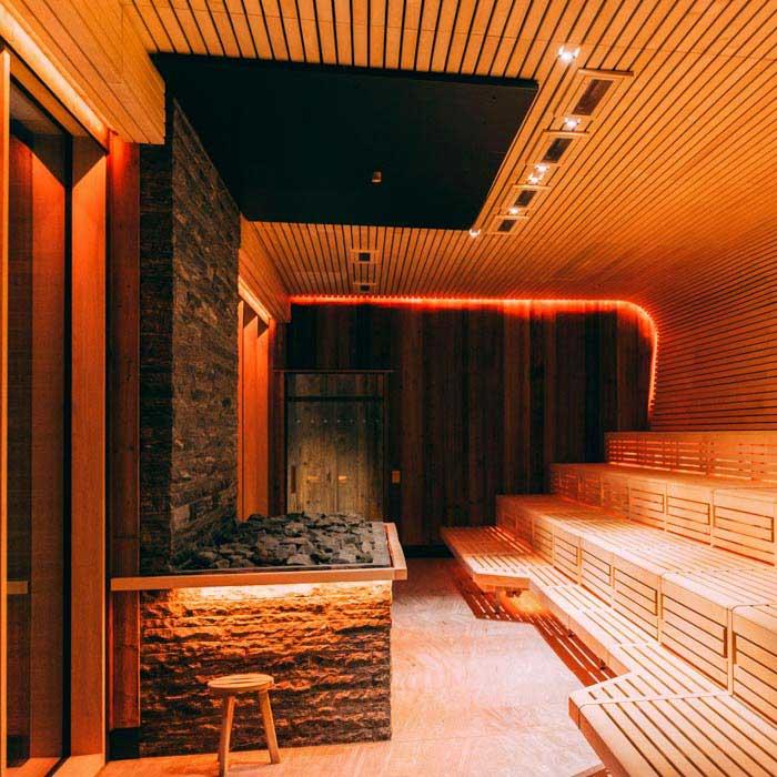 Saunaofen-Bereich der GARTENsauna, optisch als Kamin gestaltet