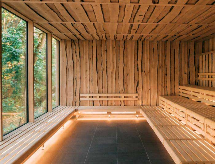 Die Decke und die Wände sind mit Birkenholz aus dem Biosphärenreservat Bliesgau im Saarland verkleidet.