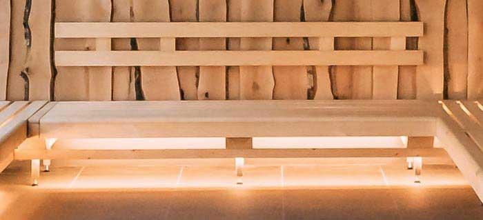 Saunabank und Rückenlehne, mit indirekter Beleuchtung unter der Saunabank