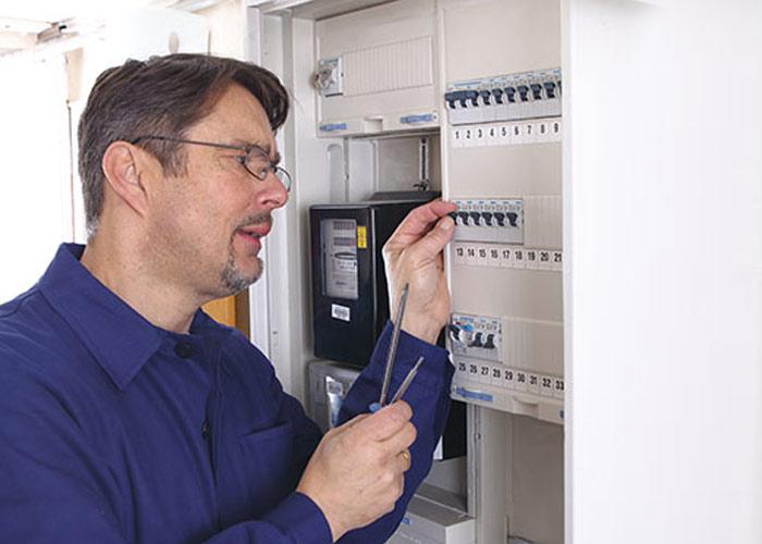 Den elektrischen Anschluss eines Saunaofens, der mit 400-V-Starkstrom betrieben wird, muss ein zertifizierter Elektriker/Elektroniker vornehmen.