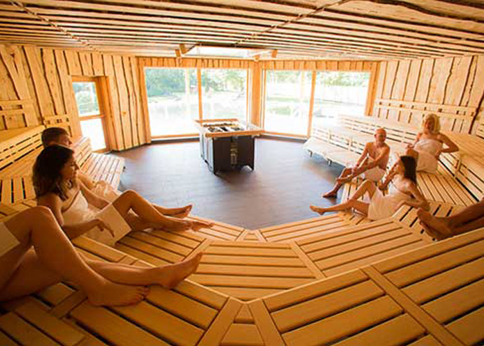 """Finnische Sauna im """"Haus am See"""" für 80 Personen, mit großem Panoramafenster und drei Saunaöfen, verkleidet mit Birkenholz"""