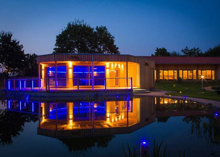 Zur News: Die 'Badebucht' in Wedel eröffnet ihr 'Haus am See' mit einer Großraum-Sauna für 80 Personen