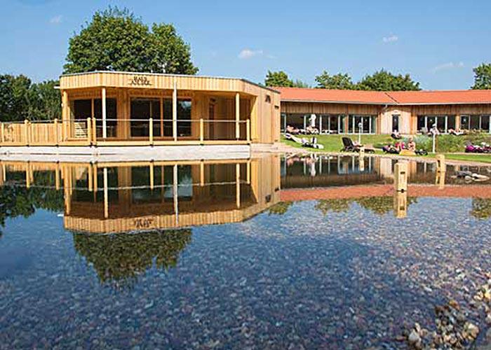 """Das """"Haus am See"""" mit Veranda und danebenliegendem Ruhehaus, eingebettet in einem Garten"""