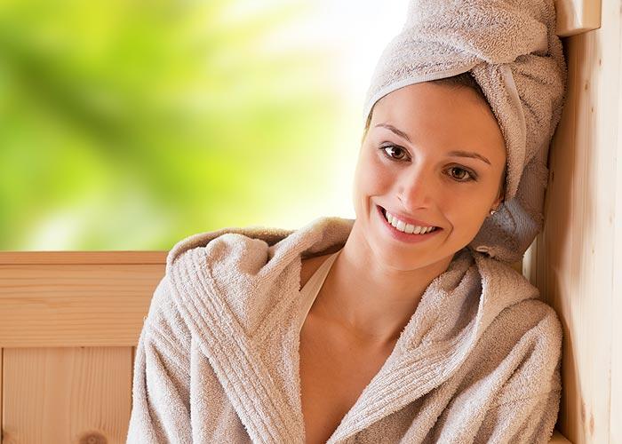 Frau Energie sparen in der Sauna