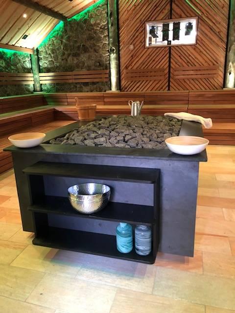 Saunaofen-Verkleidung mit Promat-Brandschutzplatten, Aluminiumprofilen und Naturstein-Imitat mit Ablage