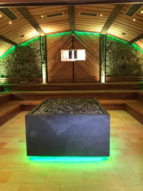 Saunaofen-Verkleidung mit Promat-Brandschutzplatten, Aluminiumprofilen und Naturstein-Imitat – ohne Ablage, von unten beleuchtet