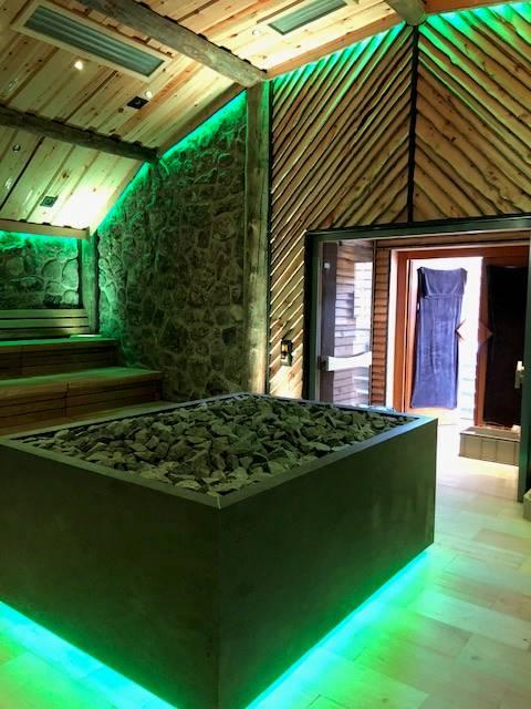Saunaofen-Verkleidung mit Promat-Brandschutzplatten und Naturstein-Imitat, von unten beleuchtet