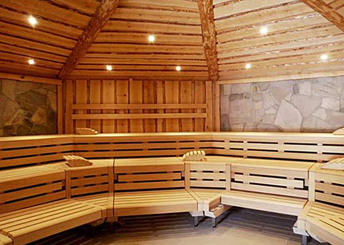 Solide Tischlerarbeit: Sauna mit Wandverkleidung aus Birke und Naturstein