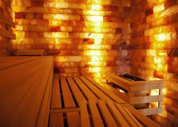 Sauna mit Salzsteinwand