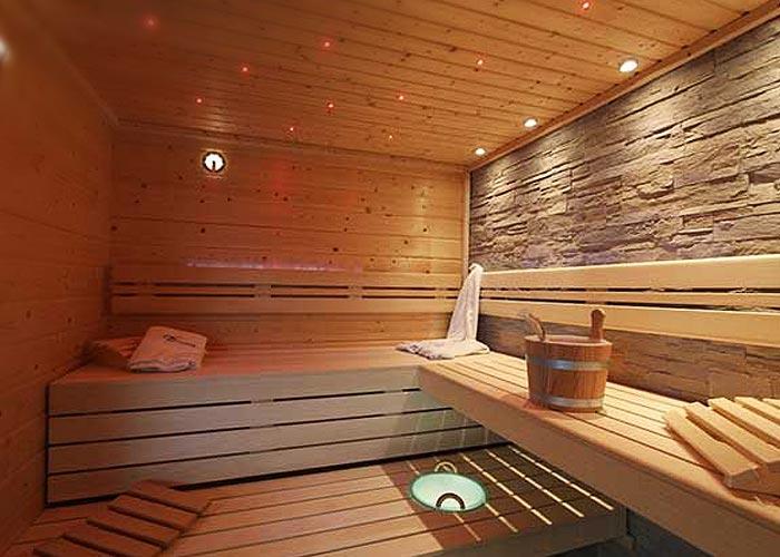 Sauna mit Steinwand