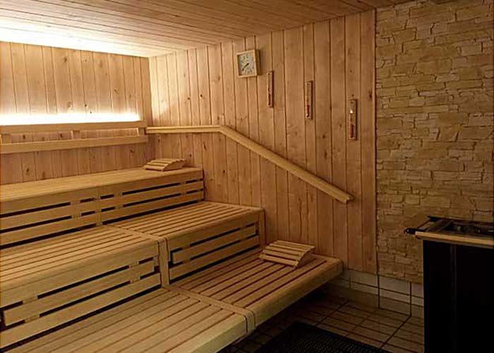 Saunabänke, Wand- und Deckenverkleidung aus Birkenholz