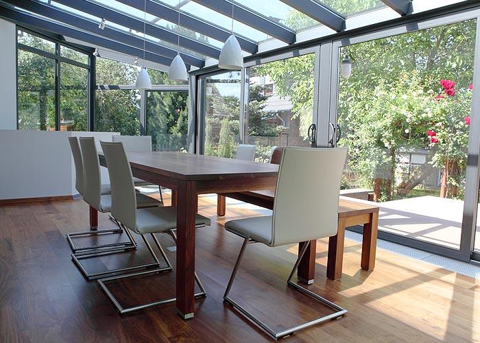 Wintergarten mit Sitzgarnitur modern